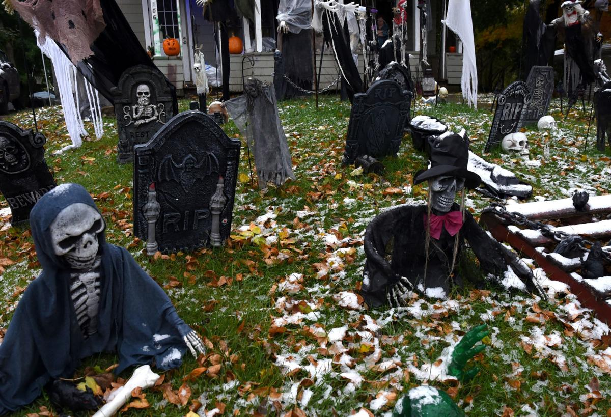 Gallery halloween house decorations in cayuga county for Auburnpub