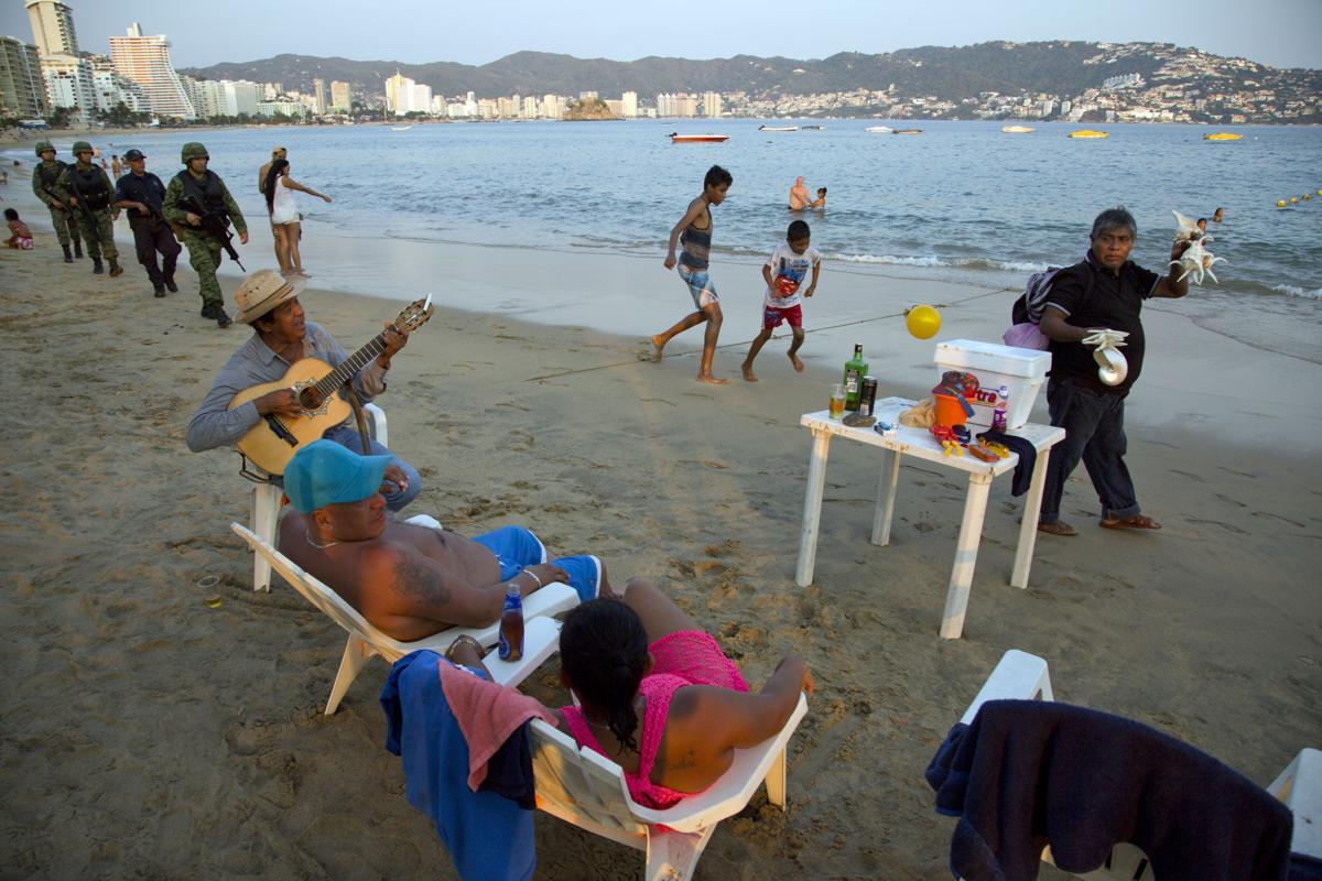 photos acapulco under siege world. Black Bedroom Furniture Sets. Home Design Ideas