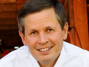 Daines defends low liability insurance for semis, buses, draws fire over safety
