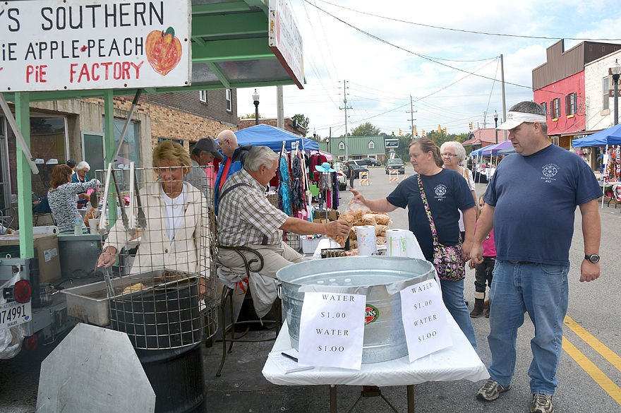 Mud creek arts and crafts festival returns saturday news for Cullman civic center craft show