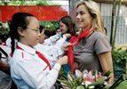 Tea Leoni visits Vietnamese who are HIV+