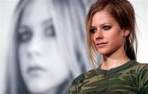 Avril Lavigne apologizes for spitting