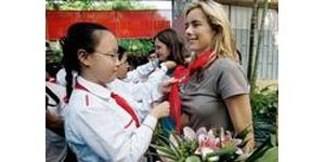 Tea Leoni visits Vietnamese who are HIV+