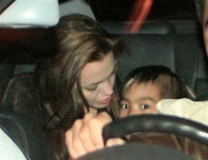 Jolie leaves Vietnam orphanage with boy