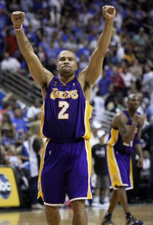 Fisher saves Lakers in Game 4