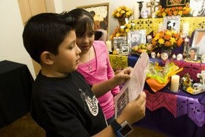 Families create altars on Dia de los Muertos 