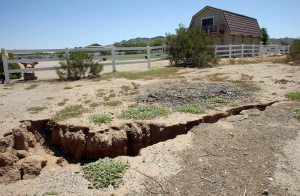 More earth fissures plague Q.C., Pinal area