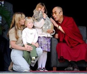 Dalai Lama tours zoo of late Steve Irwin
