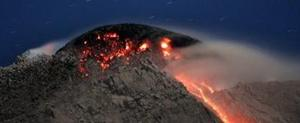 Thousands flee slopes of Indonesia volcano