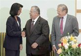 Rice, Rumsfeld tout new Iraq government 