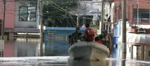 Mexican flood victims scramble for food