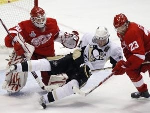 Red Wings beat Penguins in Cup opener