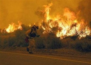 Wildfire makes run near homes in Calif.