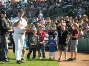 Baseball legends raise money for Little League 