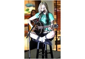 Avril Lavigne gives fans a free show in Mesa