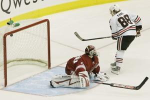 Blackhawks edge Coyotes