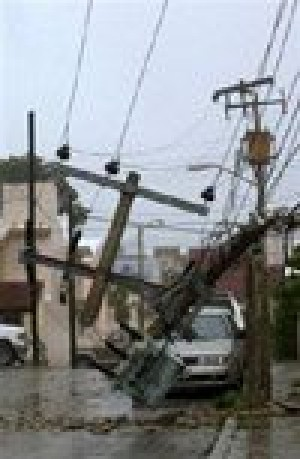 Hurricane Wilma tears into Mexican resorts