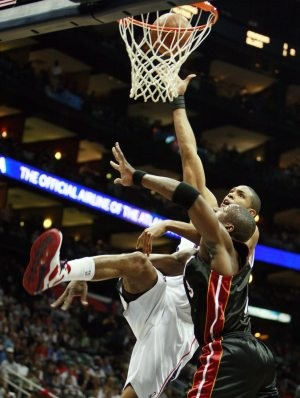 Wade scores 33, Heat rebounds to beat Hawks