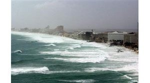 Tourists flee Cancun as Wilma grows, nears
