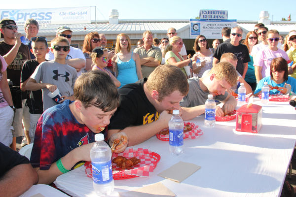 008 Hot Wings Eating Contest 2013.jpg