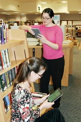 Scenic Librarians Read on Their E-Readers