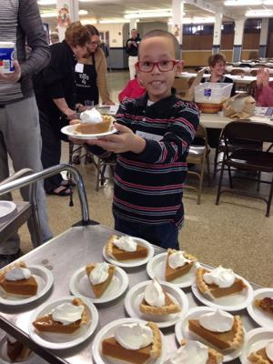 Volunteers Serve Thanksgiving Dinner