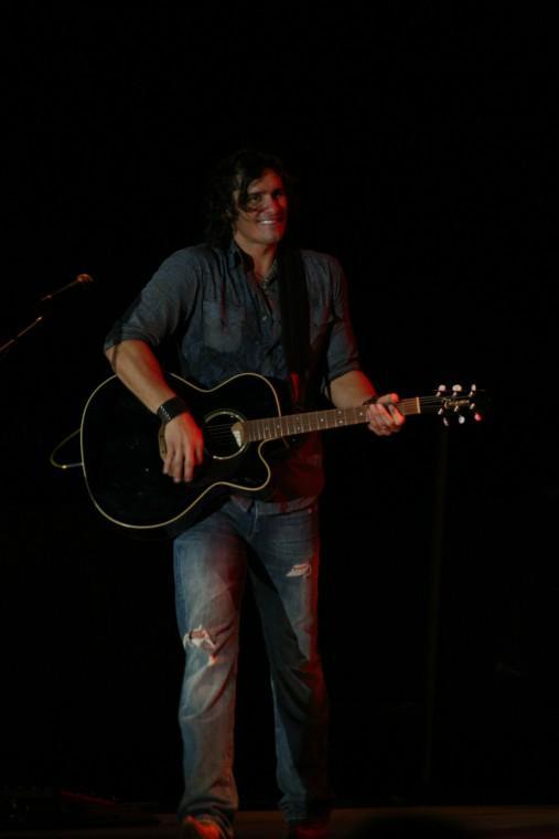 032Joe Nichols Plays TnC Fair 2011.jpg
