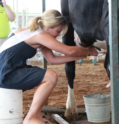 006 Fair Milking Contest.jpg