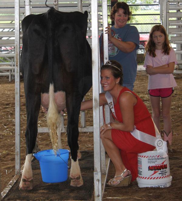 006 Milking Contest 2013.jpg