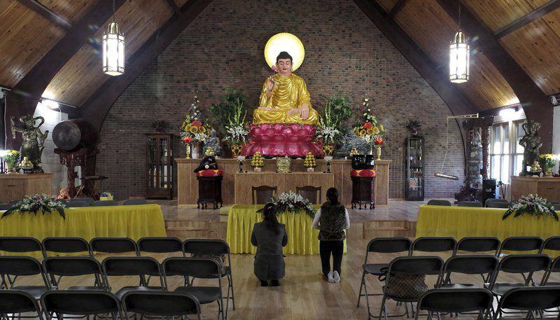 Ruang puja bakti Vihara Pho Minh, di Main St, Anderson, Indiana, Amerika Serikat,