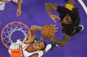 Video: Lakers' big 4th sinks Bucks