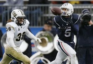 <p>UConn's Noel Thomas makes one of his team-high four touchdown catches for the Huskies in 20114. (Associated Press photo)</p>