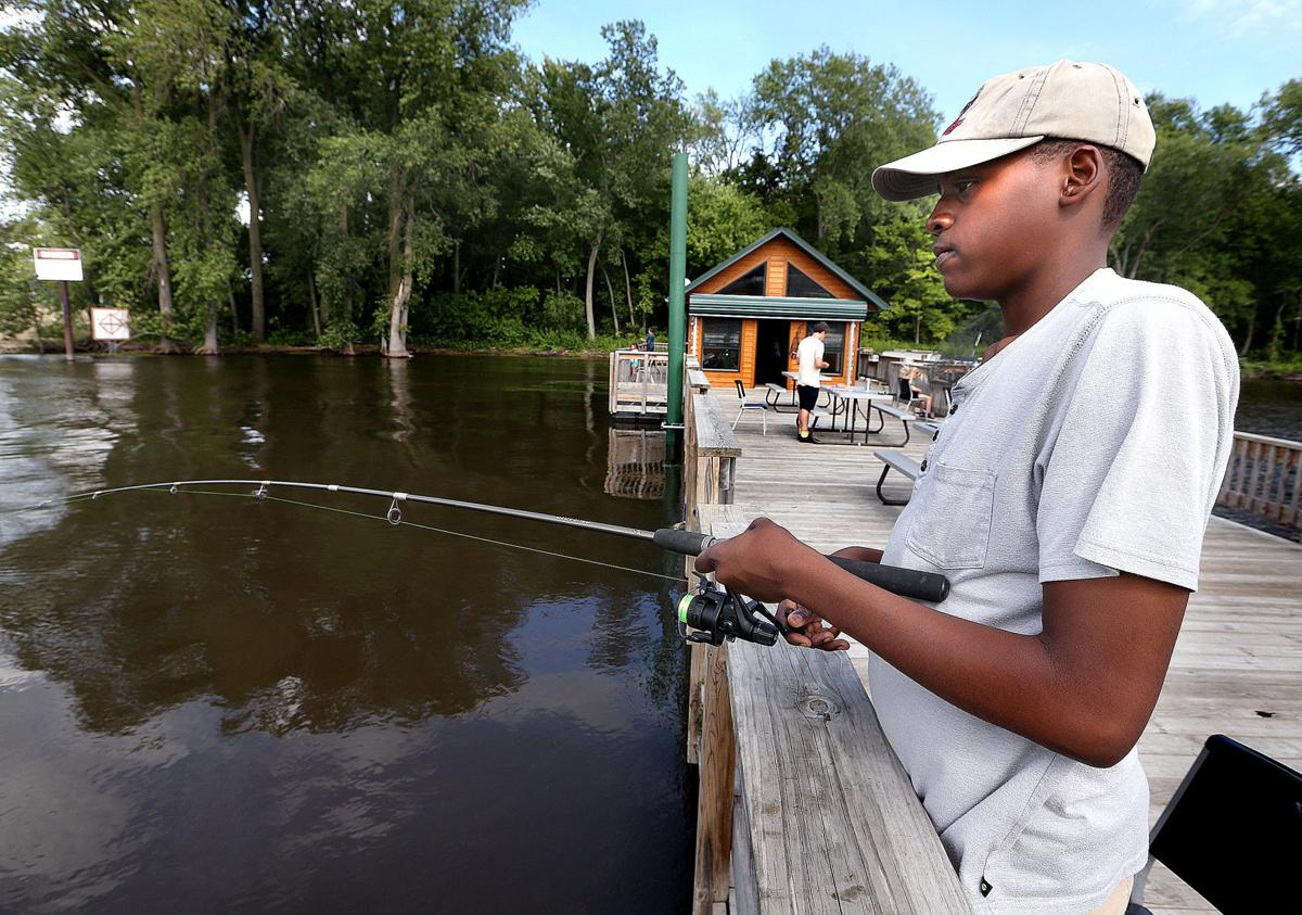 Upper mississippi river commercial users angered by for Wisconsin fishing license cost