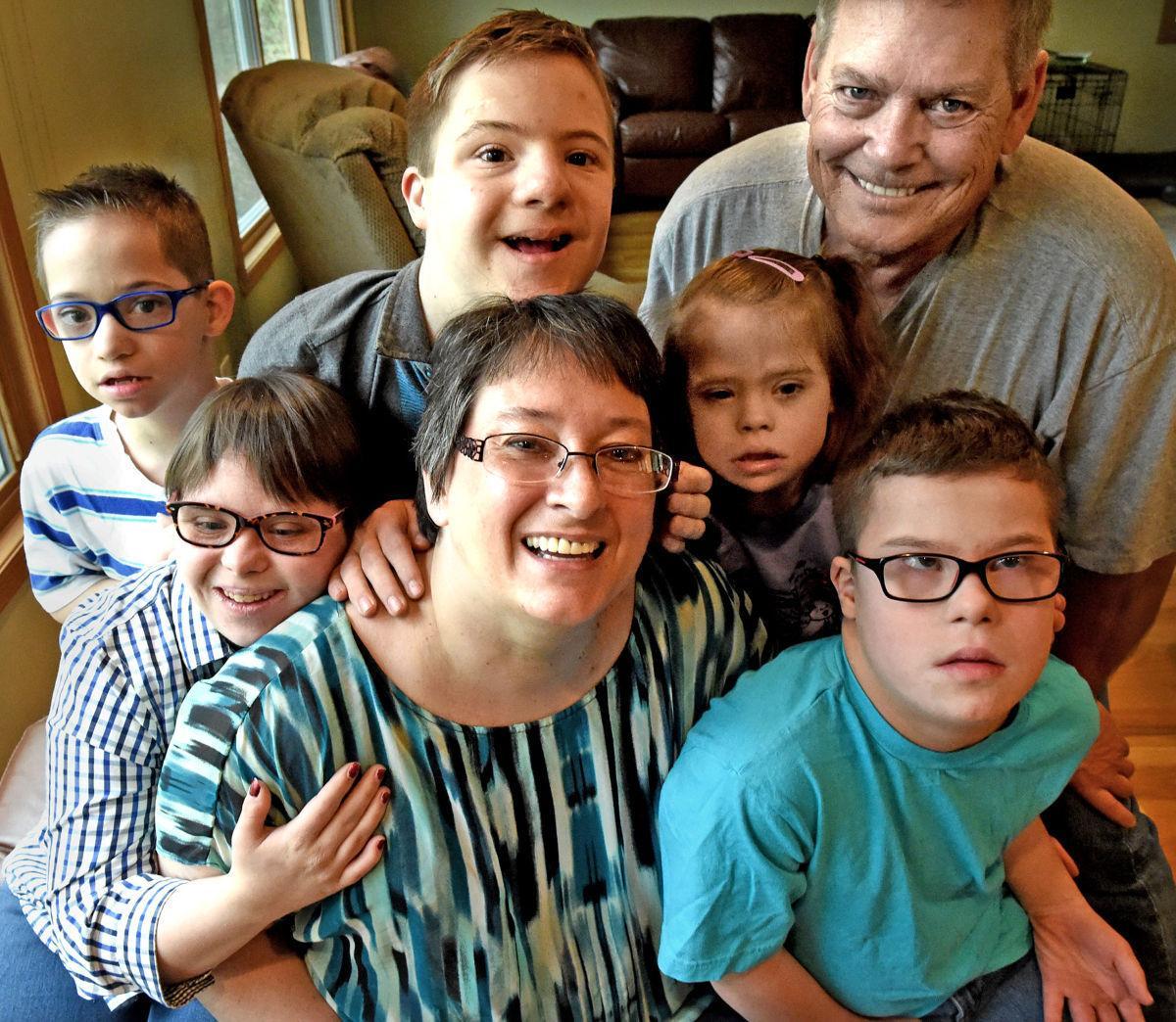Семейное фото детей даунов