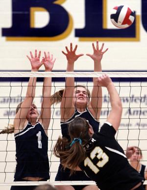 WIAA VOLLEYBALL: Blugolds advance with convincing win