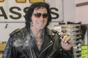 'Elvis' spotted selling e-cigarettes, sunglasses on Cherokee Lane in Lodi