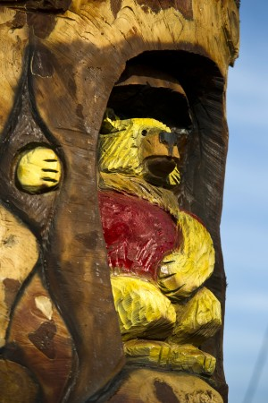 Artist Richard Hazard creates totem featuring playful bears