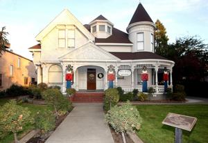 Hill House showcases Lodi's past and Christmas splendor