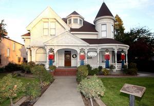 Hill House showcases Lodi's past and Christmas splendor