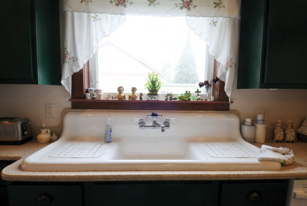 Porcelain Farm Sink : The kitchen?s porcelain double-drain farmhouse sink