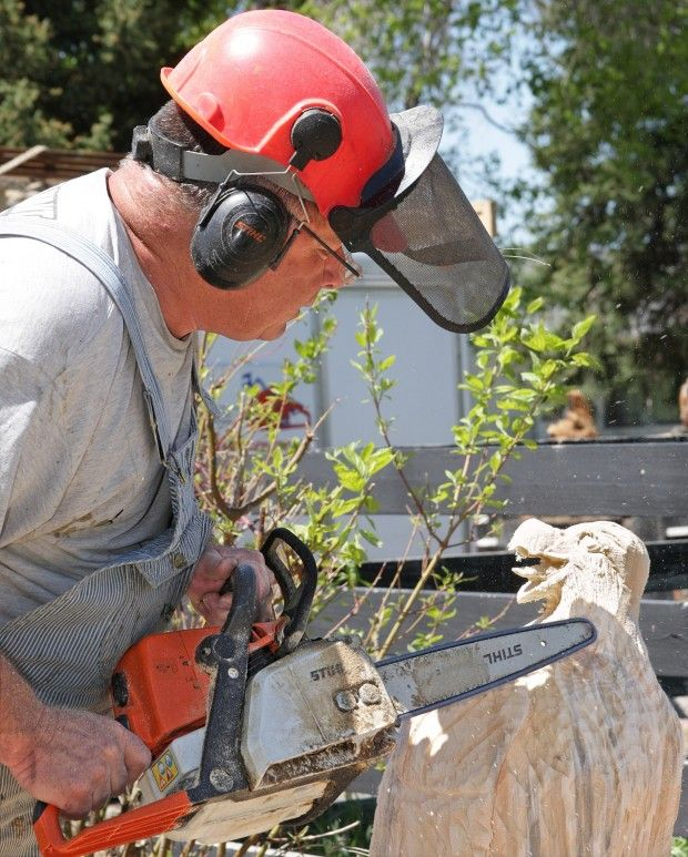 Traveling wyoming carver builds art business from stumps