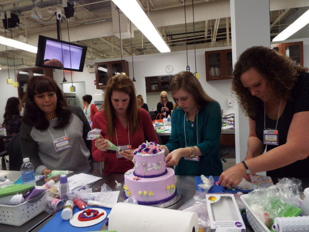 Cake Decorating Classes Folsom Ca : Sweet tradition: Wilton experts still encouraging art of ...
