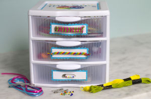 Pins, bracelets, barrettes fill '80s-inspired kit