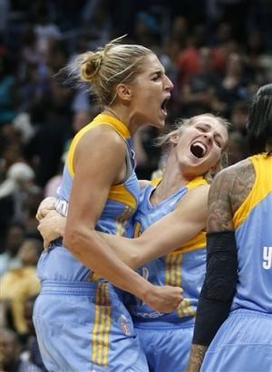 Delle Donne's late jumper rallies Sky past Dream