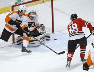 Hawks use big 2nd period to beat Flyers