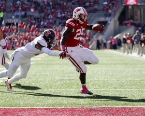 Gordon has 4 TDs, Badgers hold off Illini