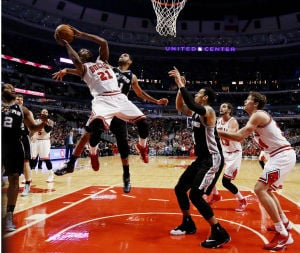 Spurs withstand Bulls' furious rally