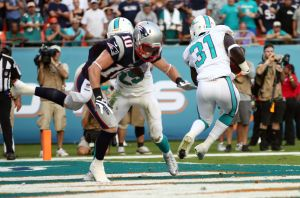 NFL ROUNDUP: Comeback bid falls short, Pats lose to Miami