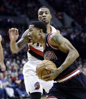 Rose injures right knee as Blazers beat Bulls