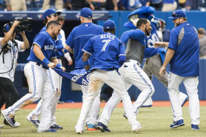 Encarnacion walk-off homer lifts Blue Jays to win